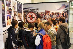 中意国际学校展厅吸引了无数意大利学校师生及学生家长前来询问5