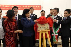 中国驻米兰总领事馆总领事廖菊华女士与帕多瓦市市长罗西先生共同为我校成立揭牌