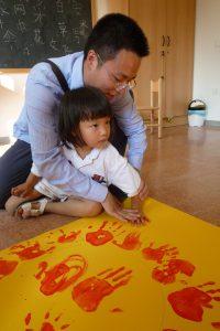 爸爸和宝贝一起盖手印
