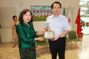 李雪梅校长代表学校向国务院侨办赠送纪念品