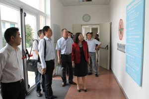 校长李雪梅博士向丽水市侨办一行介绍中意国际学校教学理念及目标